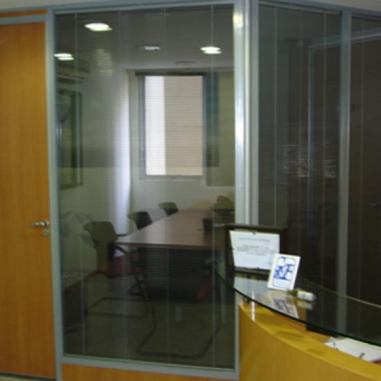 Divisória com micro persianas entre vidros 50mm