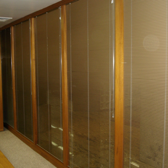 Divisória com micro persianas entre vidros 70mm