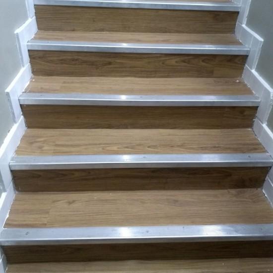 Escada em Piso Vinílico Antiderrapante